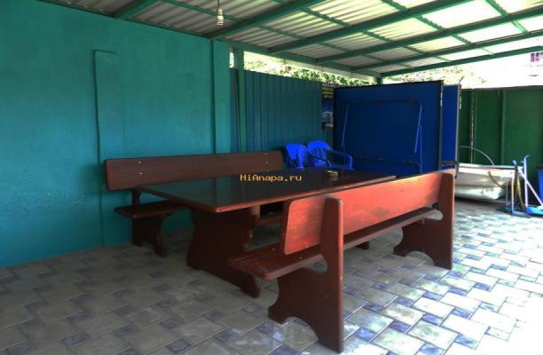 дворик с тенисными столиками