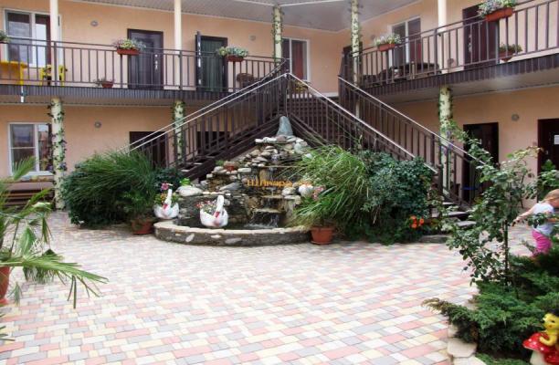 двор с фонтаном